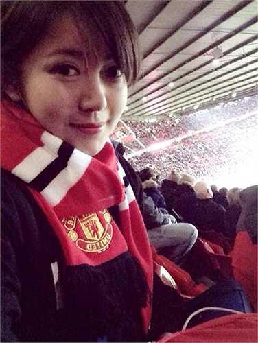 Cựu du học sinh Pháp đặc biệt yêu thích bóng đá và là một fan của Quỷ đỏ. Cô gần như không bỏ trận đấu nào có đội bóng yêu thích ra sân. Và Tú Linh cũng đã có dịp đến Old Trafford tận mắt xem Man Utd thi đấu.