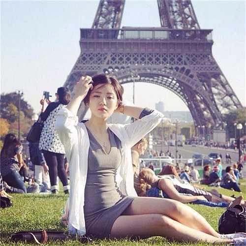 Tú Linh không phải gương mặt xa lạ với giới trẻ Việt. Cựu du học sinh này từng gây chú ý với những bức ảnh chụp tại Pháp, mặt mộc đẹp, nụ cười tỏa nắng của nữ du học sinh Pháp đã chinh phục hàng triệu bạn trẻ.