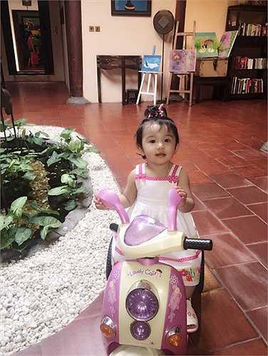 Cô công chúa của Jennifer Phạm và doanh nhân Đức Hải rất xinh xắn, đáng yêu.