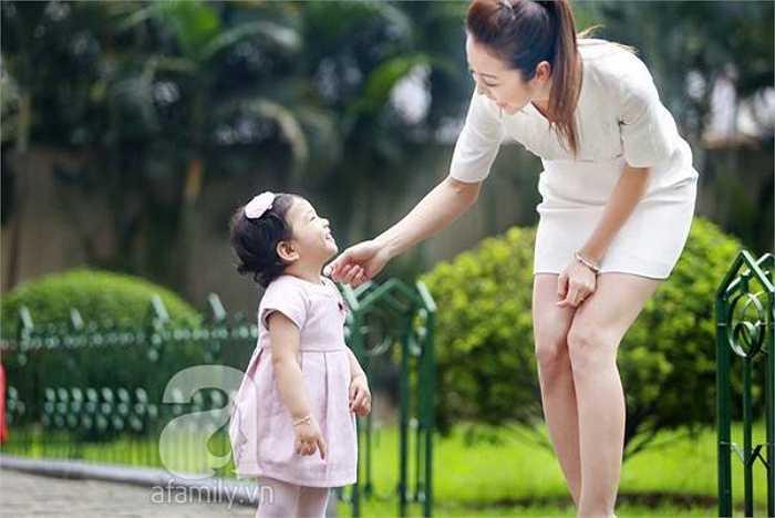 Hoa hậu châu Á tại Mỹ vừa thực hiện bộ ảnh rất đẹp bên con gái.