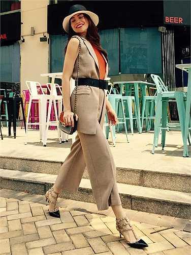 Hồ Ngọc Hà thời trang dạo phố.