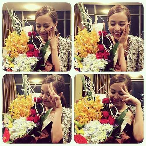 Hoàng Thùy Linh hạnh phúc khi nhận được hoa của fan hâm mộ.