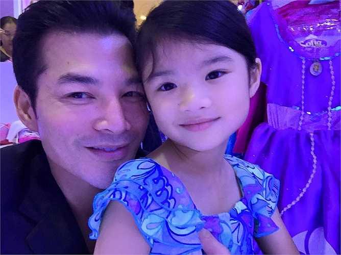 Mỗi khi có thời gian rảnh, Trần Bảo Sơn đều đưa Bảo Tiên đi chơi, mua sắm.