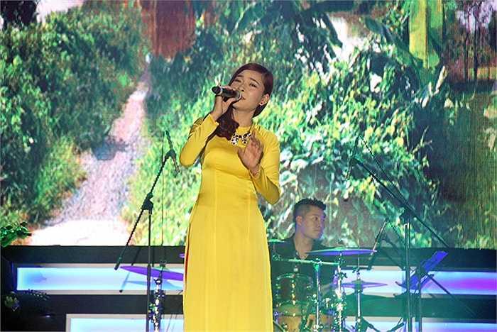 Thí sinh Xuân Hòa đến từ Đại học Sư Phạm Hà Nội 2 với ca khúc Quê Hương.