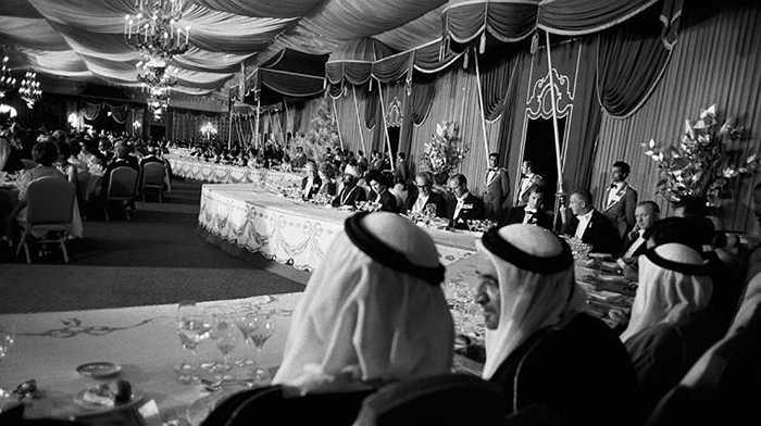 Bữa tiệc xa hoa nhất lịch sử này đã được sách kỷ lục Guinness ghi nhận. Đó là Yến tiệc kỉ niệm 2.500 năm thành lập nước Iran - mà người ta thường gọi là Ba Tư (do Cyrus Đại Đế sáng lập) diễn ra vào tháng 10/1971. Ước tính, tổng chi phí của bữa tiệc này lên tới 516 triệu USD (hơn 11.000 tỷ đồng).