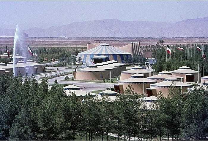 Bữa tiệc được tiến hành tại thành phố cổ Persepolis, nơi từng là thủ đô của Đế chế Ba Tư cổ đại. Để chuẩn bị cho đại tiệc hoành tráng, hoàng tộc Iran đã thuê công ty thiết kế nội thất Maison Jansen của Paris để dựng 50 dãy lều khổng lồ trên diện tích 0,65 km2.