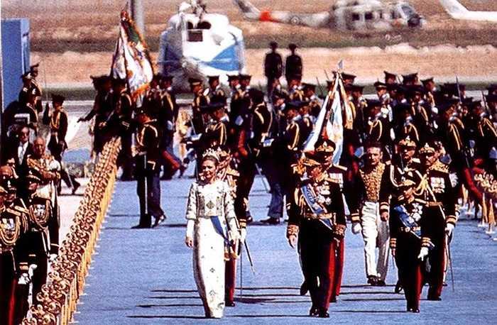 Để tạo thêm độ xa xỉ cho đại tiệc, Hoàng gia Iran đã quyết định sử dụng trang phục được thiết kế bởi nhà thiết kế thời trang lừng danh Jeanne-Marie Lanvin.
