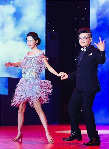 Giữ vai trò MC trong chương trình Bước nhảy hoàn vũ, cặp đôi Thanh Bạch - Mỹ Linh đã tung hứng khá ăn ý.
