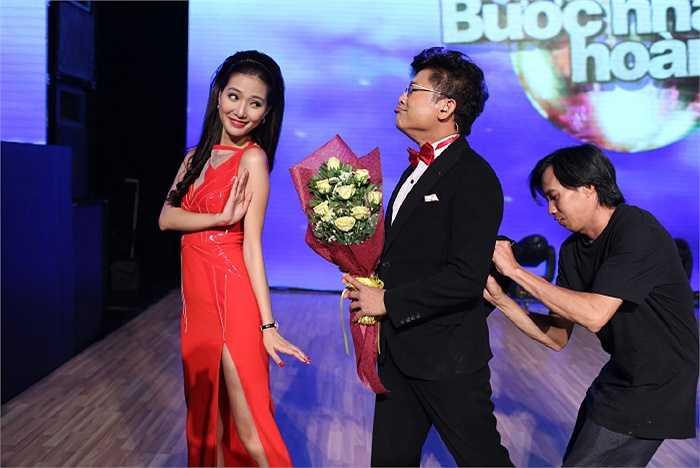 Ngoài những giờ lên sóng, ít người biết phía sau hậu trường nam MC kì cựu Thanh Bạch và nữ MC trẻ trung Mỹ Linh lại có những khoảnh khắc nhắng nhít dễ thương như thế này.