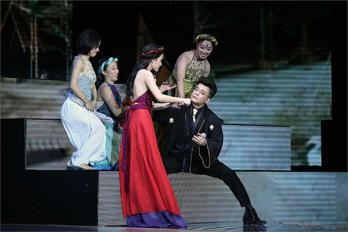 MC Thanh Bạch không ngần ngại xì tin cùng nữ MC xinh đẹp.