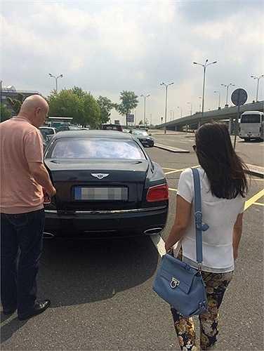 Cô đều sử dụng siêu xe để di chuyển tại nước ngoài.