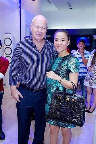 Cô mang chiếc túi Hermes Birkin trị giá hơn 1 tỷ đồng đi dự sự kiện. Được biết để mua được chiếc túi này, trước hết Thu Minh phải trở thành VIP của hãng và tích lũy điểm bằng cách mua nhiều chiếc túi Hermes khác.