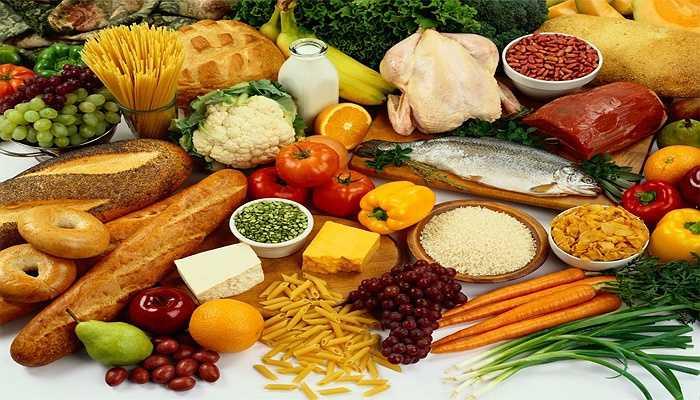 1. Chế độ ăn uống lành mạnh: Một chế độ ăn uống lành mạnh có thể giúp bạn giảm nguy cơ ung thư đến 40%. Trong các bữa ăn hàng ngày, bạn nên bổ sung thật nhiều rau xanh và có ít nhất hai đến ba phần trái cây. Tránh ăn quá nhiều đồ ăn vặt và thực phẩm chứa nhiều calo.