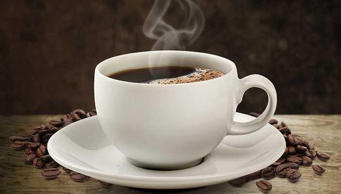 4. Uống nhiều cà phê: Nếu bạn là người 'nghiện' cà phê thì có thể giảm nguy cơ ung thư não khỏang 40%. Điều này đã được chứng minh trong một cuộc khảo sát gần đây, cà phê thực sự có thể giúp chống lại căn bệnh ung thư gây ra bởi các tế bào trong cơ thể. Khảo sát cũng đưa ra rằng 4-5 tách cà phê mỗi ngày là rất tốt để ngăn ngừa ung thư.