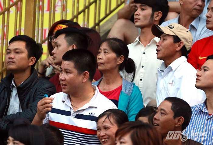 Trong trận đấu chiều 12/4, trên sân Vinh, Công Phượng còn nhận được sự cổ vũ của mẹ. (Ảnh: Quang Minh)