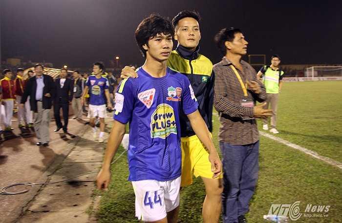 Trung vệ Hoàng Văn Khánh từng là đồng đội cũ của Công Phượng ở U19 Việt Nam động viên Công Phượng sau trận đấu. (Ảnh: Hà Thành)