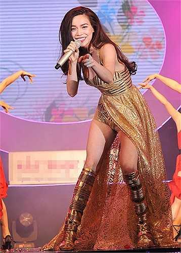 Giọng hát không thuộc hàng 'đỉnh của đỉnh' nhưng xét về sức hút sân khấu, Hà Hồ luôn có thừa. Đó chính là lý do vì sao cô được ưu ái gọi là 'nữ hoàng giải trí' của làng nhạc Việt.