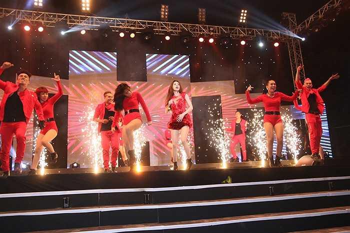 Nữ ca sỹ đã trình diễn nhưng ca khúc sôi động và khoe những động tác vũ đạo bắt mắt.