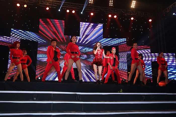 Hà Hồ bốc lửa trên sân khấu.