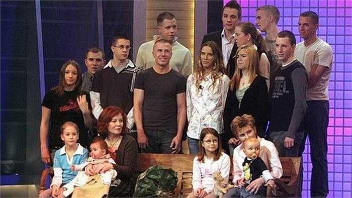 Bà Annegre đã có 13 đứa con của 5 ông bố, người con lớn tuổi nhất năm nay 44 tuổi.