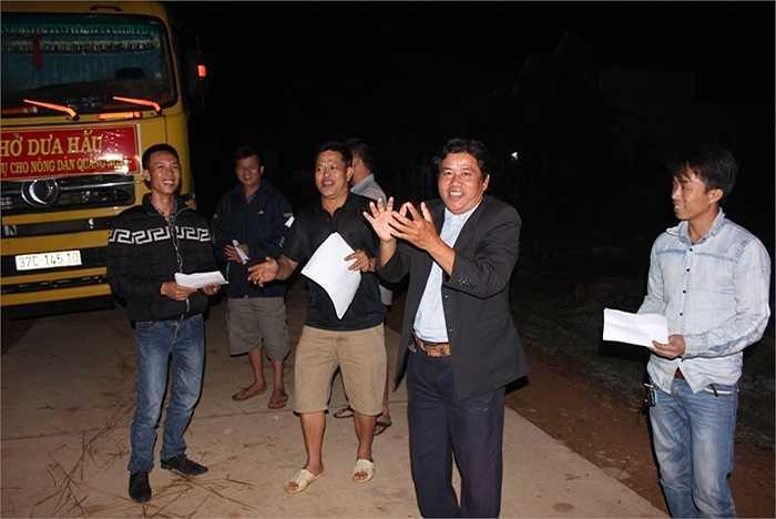 Niềm vui của lãnh đạo xã và nông dân khi hơn 110 tấn dưa hấu đã được chuyển lên xe tải.