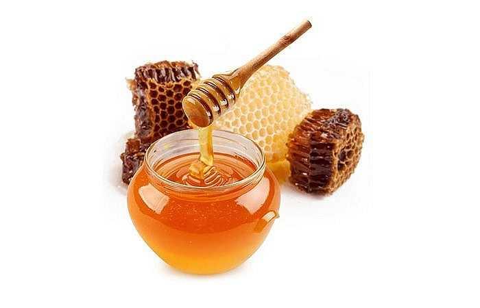 Mật ong: Mật ong là thực phẩm chữa ho nổi tiếng trong dân gian. Có nhiều cách trị ho từ mật ong nhưng hiệu quả nhất là ướp mật ong với hẹ. Bạn trộn 2 muỗng mật ong với hành đã thái lát, đậy kín trong 5 tiếng. Sau đó cứ khoảng 3 giờ bạn ăn một muỗng, sẽ thấy đỡ ho dần.