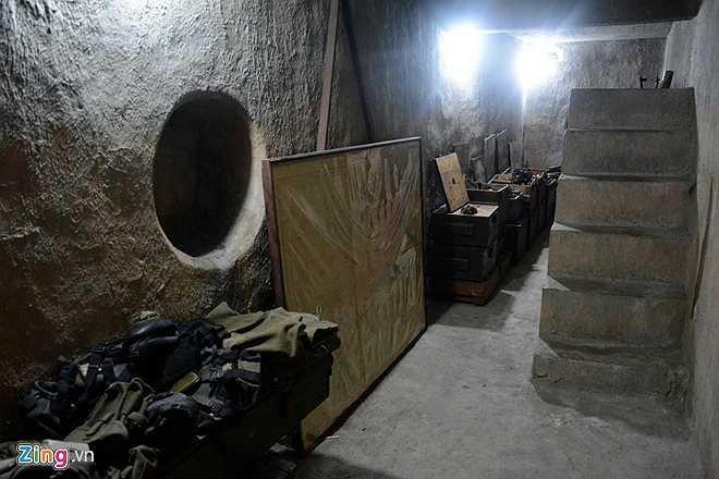 Hầm dài hơn 8 m, ngang gần 2 m, cao 2,5 m, được trát xi măng dày để chống thấm. Tường hầm có 4 khung tròn nối với ống thoát nước, kích thước vừa chui để thoát hiểm, có lỗ thông hơi.