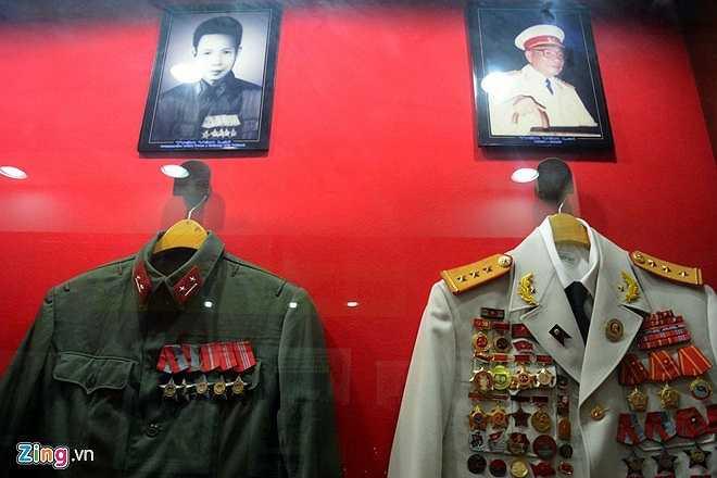 Ông Năm Lai bị đày ra Côn Đảo, căn nhà rơi vào tay địch nhưng bí mật về hầm vũ khí vẫn được giữ cho đến sau ngày giải phóng. Khi căn nhà được thu hồi để trả về cho chủ cũ đến 16/11/1988 nó được công nhận là di tích lịch sử - văn hóa cấp quốc gia. Trong ảnh: Di ảnh ông Trần Văn Lai và nhiều kỷ vật được trưng bày tại đây.