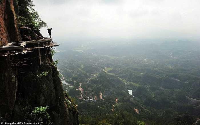 Công trường năm cheo leo giữa vách đá cao hàng trăm mét