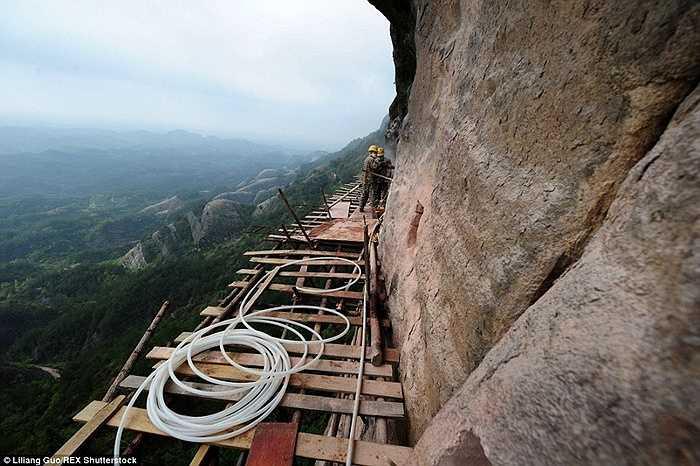 Công trường trên vách núi ở Hồ Nam, Trung Quốc