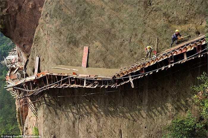 Đổ bê tông con đường đi qua vách núi