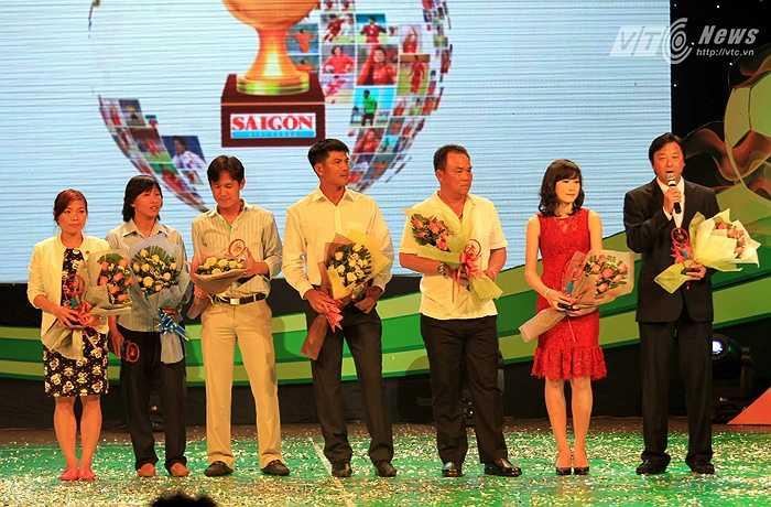 Buổi lễ trao giải bắt đầu bằng trao kỷ niệm chương 20 năm bóng Vàng Việt Nam cho những cựu bóng Vàng của nước nhà.