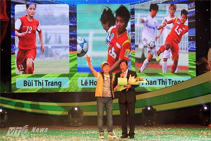 Ca sĩ, nhạc sĩ Sỹ Luân và HLV Lê Huỳnh Đức xướng tên cầu thủ trẻ nữ xuất sắc nhất năm 2014.