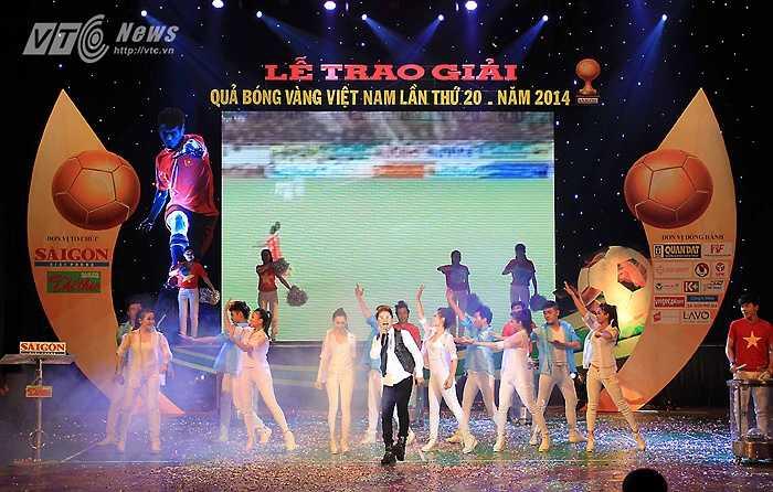 Ca sĩ Cáp Anh Tài biểu diễn ca khúc sôi động.
