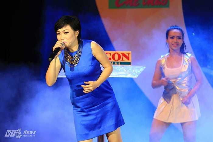 Chị khuấy động khán phòng bằng một ca khúc về bóng đá, trước khi xướng tên nữ cầu thủ giành danh hiệu Quả bóng Đồng Việt Nam 2014.