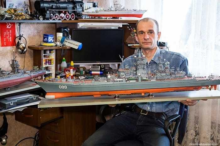 Anh Alexey Ryzhov ở vùng Togliatti (Nga) là một người rất mê tàu chiến và xe lửa, xe tăng. Anh quyết tâm làm ra những mô hình như thật với chất liệu là giấy và bìa cứng.