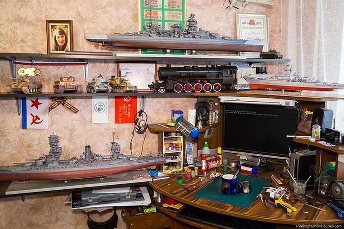 Trong hình này, có thể thấy những mô hình đã hoàn thành là một cặp tàu chiến, những xe tăng và một đầu máy xe lửa dùng hơi nước.
