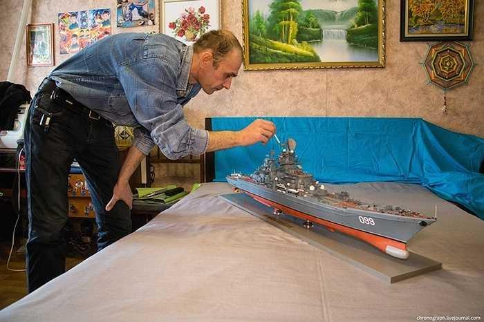 Alexey Ryzhov cho biết, đó là một công việc rất mất thời gian, vì vậy anh phải mất một năm để thực hiện hai tàu ở tỷ lệ 1: 200 - chiến hạm lừng danh Peter Đại đế và tàu hộ vệ tên lửa Deyatelnost.