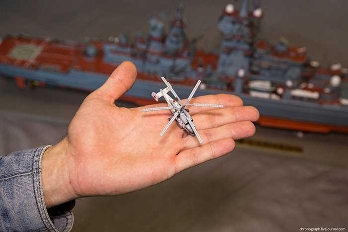 Trực thăng chiến đấu trên tàu Peter Đại đế cũng bằng giấy, lọt thỏm trên bàn tay.