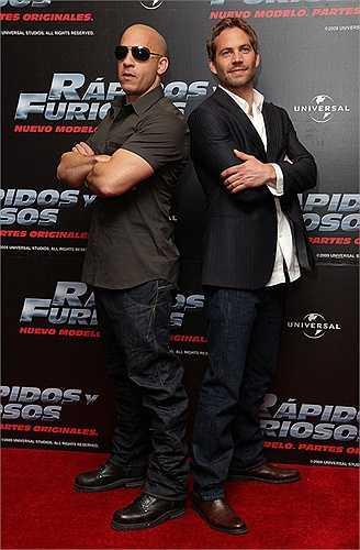 Trong khi Vin Diesel tạo dáng lạnh lùng thì Paul lại giống như một thái cực ngược lại: Vui vẻ, hài hước, thân thiện trong buổi họp báo Fast & Furious tại Mexico năm 2009.