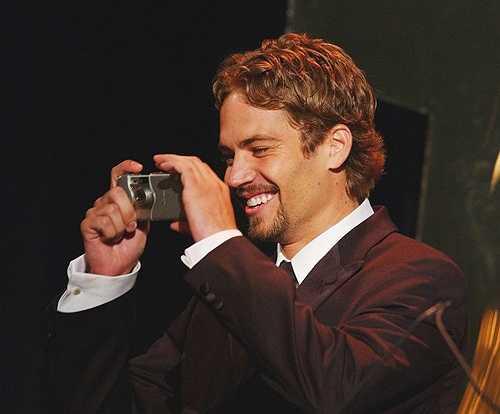Paul mỉm cười vui sướng khi tự tay chụp ảnh cho đồng nghiệp tại Liên hoan phim Hollywood năm 2001.