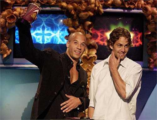 Một khoảnh khắc hạnh phúc hiếm hoi của Paul và Vin Diesel trên sân khấu MTV Movie Awards năm 2002.