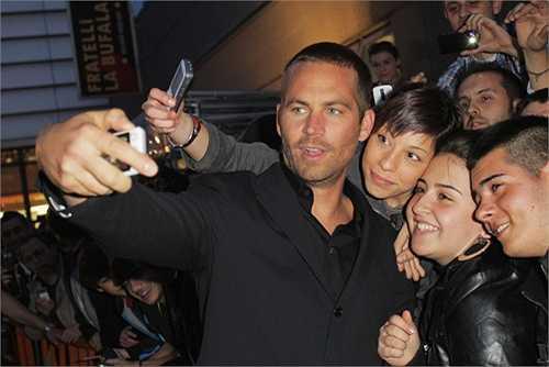 Paul chụp ảnh 'tự sướng' cùng fan hâm mộ trong buổi ra mắt Fast Five tại Rome, Italia năm 2011.
