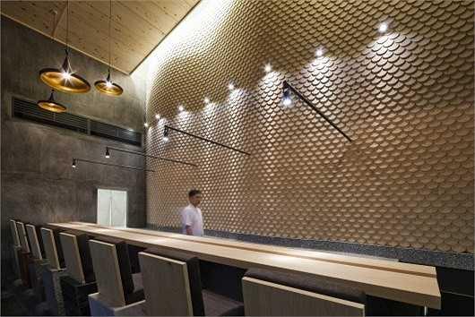 Ý tưởng thiết kế nhà hàng này nhằm mang đến một không gian thưởng thức sushi đậm chất Nhật Bản, tập trung vào yếu tố tạo sự thoải mái cho thực khách đến nhà hàng.