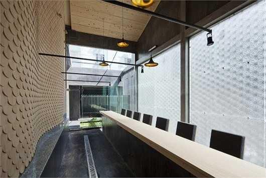 Để làm được điều đó, kiến trúc sư đã tăng độ cao của trần, sắp xếp 8 vị trí ngồi ở khu vực quầy bar và trong phòng riêng.