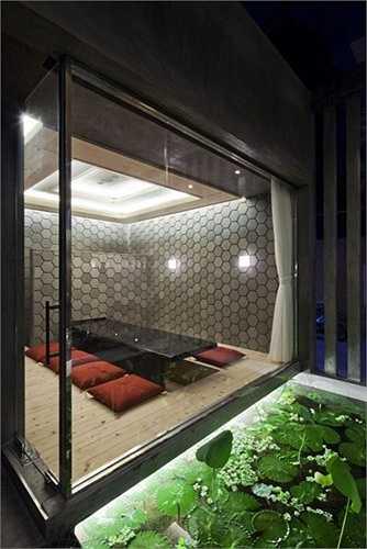 Những căn phòng riêng được bố trí cách quầy bar nhờ một khu hồ nước nhỏ xanh trong.