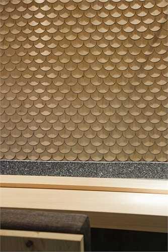 Điểm nhấn của nhà hàng là hai kiểu tường, một hệ tường vảy cá tại quầy bar và tường lục giác trong phòng riêng.