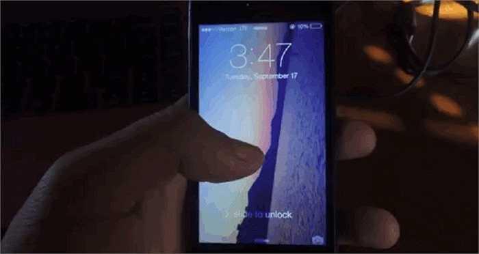 11. Mở trình chụp ảnh nhanh ở màn hình khóa chỉ với thao tác vuốt từ góc màn hình lên phía trên