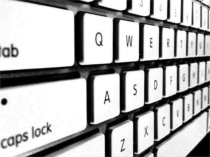4. Nút Caps Lock thông minh. Để tránh việc người dùng chẳng may chạm phải nút Caps Lock trong quá trình soạn thảo văn bản, Apple áp dụng công nghệ khiến người dùng phải giữ nút Caps Lock một chút để kích hoạt chế độ này