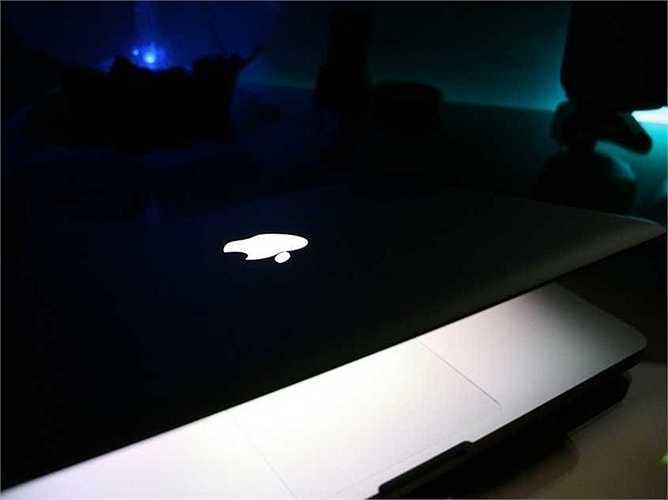 9. Một khe nhỏ được khía trên MacBook giúp người dùng có thể mở máy dễ dàng với chỉ một ngón tay